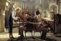 """Da hätte """"Jones-Junior"""" (Harrison Ford, 2.v.r.) besser auf seinen Vater (Sean Connery, 2.v.l.) hören sollen: Die attraktive Elsa (Alison Doody, l.) ist eine Spionin der Nazis. Und im Gegensatz zu seinem Vater hat Indiana nicht bemerkt, dass die Schönheit im Schlaf redet und sich so schon vorher verraten hatte ..."""