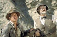 """Zwischen Henry Jones (Sean Connery, r.) und """"Jones-Junior"""" (Harrison Ford, l.) bahnt sich ein Vater-Sohn-Konflikt an: Indy will nach Iskenderun, um den Gral vor den Nazis zu finden, Henry will nach Berlin, in die Höhle des Löwen, um sein Tagebuch wiederzubekommen ..."""