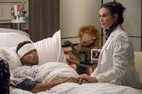 Krankenschwester Claudia (Demi Moore, r.) hat keine guten Nachrichten für Cookie und ihre Söhne, was Lucious (Terrence Howard, l.) betrifft ...