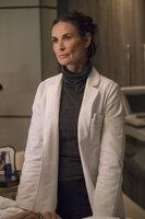 Krankenschwester Claudia (Demi Moore) kümmert sich um den schwerverletzten Lucious ...