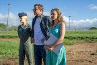 Ein Mann (Bradley Cooper, M.) zwischen zwei Frauen (Emma Stone, l., Rachel McAdams, r.): Welches Herz wird Brian erobern?