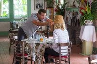 Obwohl eigentlich als Anstands-Wauwau zur Seite gestellt, kann sich Allison (Emma Stone, r.) schon bald dem Charme Brians (Bradley Cooper, l.) nicht mehr entziehen ...