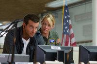 Gemeinsam mit der humorlosen Major Allison Ng (Emma Stone, r.), die den Charmeur in Schach halten soll, muss Brian (Bradley Cooper, l.) die Einwohner Hawaiis für einen Raketenstart gewinnen. Keine einfache Aufgabe für die beiden ...