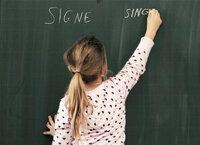 Tableau noir Ein Mädchen der Gesamtschulklasse von Derrière-Pertuis lernt die Feinheiten der Muttersprache
