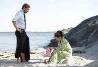 Kurz nach dem Leichenfund: Thomas (Jakob Cedergren) und Nora (Alexandra Rapaport) ahnen noch nicht, dass sie sich von früher kennen.