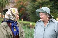 Die Königin (Helen Mirren, l.) und ihre Mutter, die Queen Mum, die ebenfalls Elizabeth heißt (Sylvia Syms). Elizabeth sucht Rat bei der Mutter auf einem Spaziergang nahe Balmoral. Noch nie wurde das Bestehen der Monarchie derart in Frage gestellt wie in der Woche nach Dianas Unfalltod.