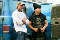 Regisseur Michael Bay, l. und Mark Wahlberg, r. am Set von PAIN & GAIN ...