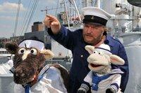 Wolle und Pferd wollen hinaus in die Welt und möchten dazu als Matrosen auf einem Schiff anheuern. Der Kapitän (Axel Prahl) zeigt ihnen, worauf sie an Bord achten müssen.