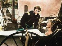 Colonel Thadeus Gearhart (Burt Lancaster) findet es unerhört, wie unbefangen sich Cora Templeton Massingale (Lee Remick) nicht nur vor seinen Augen in der Badewanne vergnügt.