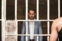 Kronberg (Moritz Bleibtreu) sucht seinen Mandanten Meinering (Lars Eidinger) im Gefängnis in Rio auf.
