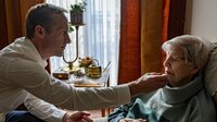 'Kopf hoch, Mama'; Carsten (Stephan Kampwirth) gibt sich alle Mühe mit seiner lebensmüden Mutter (Ilse Strambowski).