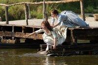 Die Schwestern (Hannah Herzsprung und Henriette Confurius, r) versuchen Schiller aus dem Wasser zu ziehen, der ein ertrinkendes Mädchen aus der Saale rettet.