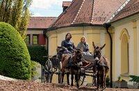Kein leichter Weg: Die Pflegeeltern Emmi (Sonsee Neu) und Hans (Adam Bousdoukos) bringen die drei Königskinder zum Schloss. Ein Abschied für immer?