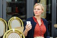 Johanna (Rosalie Thomass) sieht verräterische Fotos auf dem Handy von Harry.