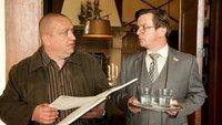 Einer anderen Spur geht SOKO-Chef Jan Reuter (Udo Kroschwald, l.) höchstpersönlich nach. Gärber war Mitglied in seinem ehemaligen Schachclub. Vereinsvorsitzender Polke (Thomas Rudnick, r.) berichtet, dass Gärber besonders mit einem Spieler erbittert um den Einzug in ein wichtiges Turnier kämpfte.