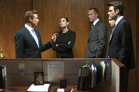 Jared Cohen (Simon Baker), Sarah Robertson (Demi Moore), Will Emerson (Paul Bettany, 3. v. li.), Seth Bregman (Penn Badgley, 2. v. re.) und Peter Sullivan (Zachary Quinto, re.) besprechen die Lage.