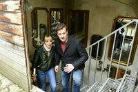 Die Zwei Kommissare Angelika (Bernadette Heerwagen, l.) und Harald (Marcus Mittermeier, r.) verfolgen zwei Tatverdächtige.