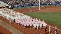 25 Jahre nach den Atombombenabwürfen in Japan finden 1964 die Olympischen Sommerspiele in Tokio statt. Mitten im Kalten Krieg sollen die Spiele zu einem Symbol für eine friedliche Welt werden. Insbesondere das geteilte Deutschland soll dies unter Beweis stellen: Auf Anordnung des IOC müssen beide deutsche Staaten trotz tiefer ideologischer Gräben mit einer gemeinsamen Mannschaft in Tokio antreten. - Einmarsch Gesamtdeutsche Mannschaft ins Olympiastadion.