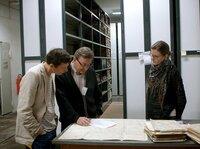 Sebastian und Klaus Heinzel bei der Recherche im Militärarchiv Freiburg mit der Historikerin Nicole Saathoff.