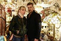 Angelika Flierl (Bernadette Heerwagen, l.) und Harald Neuhauser (Marcus Mittermeier, r.) versuchen, zwei Verdächtige in ihrem Antiquitätenladen zu befragen. Doch sie können niemanden antreffen.