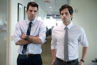 Peter Sullivan (Zachary Quinto) und sein Kollege Seth Bregman (Penn Badgley, re.) arbeiten im Risikomanagement einer großen New Yorker Investmentbank.