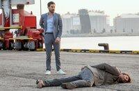 Showdown im Hafen: Xavi Bonet (Clemens Schick, li.) schnappt sich den Gangster Gerard (Luka Peros).
