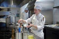 Für ein Experiment wurden alle Salzbehälter in der Küche gewogen. Nachdem alle Gerichte zubereitet wurden, wird wieder gewogen, um herauszufinden, wie viel Salz im gesamten Menü steckt.