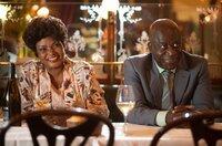 André (Pascal N'Zonzi) und seine Frau Madelaine (Salimata Kamate) reisen nach Frankreich.