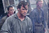 Nachdem ein brutaler Angriff eines Riesenwals unter der Besatzung des Walfängerschiffs viele Opfer fordert, versucht der Kapitän, das Schiff wieder auf einen sicheren Kurs zu bringen, doch der abgebrühte erste Offizier Owen Chase (Chris Hemsworth) ist auf Vergeltung aus.