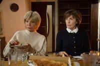 Oma Susanne (Judy Winter, l.) und Oma Ilse (Thekla Carola Wied, r.) nerven die ganze Familie.
