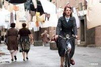 Hebamme Jenny Lee (Jessica Raine) auf dem Weg zu ihrer neuen Arbeit im Osten Londons.