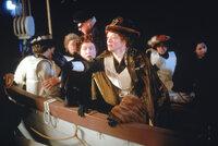 Während des Sinkens der Titanic versucht Ruth DeWitt Bukater (Frances Fisher, l.) ihre Tochter Rose dazu zu bewegen, ebenfalls in das Rettungsboot zu steigen. Wird Rose ihre gerade erst gefundene Liebe, Jack, zurücklassen und zu ihrer Mutter ins Boot steigen?