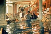 Während die Titanic sinkt, wird Jack (Leonardo DiCaprio, l.) des Diebstahls bezichtigt und unter Arrest gestellt. Rose (Kate Winslet, r.) sagt sich derweil von ihrer Mutter los und macht sich auf die Suche nach ihm. Als sie ihn endlich findet, beginnt ein gemeinsamer Kampf ums Überleben ...