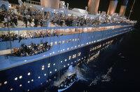 England 1912. Die Jungfernfahrt der Titanic, des größten und luxuriösesten Passagierdampfschiff seiner Zeit. Eines Tages jedoch rammt die Titanic einen riesigen Eisberg. Panik bricht an Bord aus ...