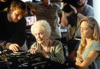 Die 101-jährige Rose (Gloria Stuart, M.) wird auf das Titanic-Expeditionsschiff eingeladen. Als sie das Innere des Wracks der MS Titanic sieht, überkommen sie die Erinnerungen. Sie lässt die Expeditionscrew daran teilhaben und erzählt ihnen die Geschichte vom Untergang ...