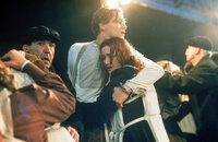 Auf der Jungfernfahrt der Titanic lernen sich die, aus verschiedenen Klassen stammenden jungen Leute Rose (Kate Winslet, r.) und Jack (Leonardo DiCaprio, M.) kennen. Als die Titanic dann einen riesigen Eisberg rammt, füllt sich der Luxusliner rasend schnell mit Wasser und beginnt zu sinken. Nun beginnt auch für Jack und Rose ein verzweifelter Kampf ums Überleben ...