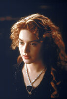 Unter Tausenden von Menschen auf der Titanic hat das Schicksal zwei ausgewählt, um in ihnen eine Leidenschaft zu wecken, die ihr Leben für immer verändern wird. Eine von ihnen ist Rose DeWitt Bukater ...