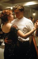 Auf der Jungfernfahrt der Titanic verliebt sich der mittellose Jack (Leonardo DiCaprio, r.) in die wohlhabende Rose (Kate Winslet, l.). Obwohl Kate bereits einem anderen versprochen ist, beginnt eine romantische Liebesgeschichte zwischen den beiden ...