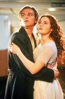 Rose DeWitt Bukater (Kate Winslet, r.), eine 17jährige Amerikanerin vom Oberdeck, die unter den strengen Regeln und Erwartungen der hohen Gesellschaft leidet, verliebt sich in einen Passagier des Zwischendecks, den jungen, frei gesinnten Jack Dawson (Leonardo DiCaprio, l.).