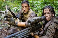 Auf dem fernen Planeten mit den unendlich vielen erbarmungslosen, nahezu unbesiegbaren Aliens beginnt für Royce (Adrien Brody, l.) und Isabelle (Alice Braga, r.) ein gnadenloser Kampf ums Überleben ...