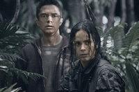 Eines Tages finden sich der Arzt Edwin (Topher Grace, l.) und die israelische Scharfschützin Isabelle (Alice Braga, r.) auf einem Planeten wieder, auf dem das pure Grauen herrscht ...