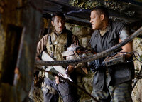 Beinahe zu spät wird Royce (Adrien Brody, l.) klar, dass Noland (Laurence Fishburne, r.), der schon seit geraumer Zeit auf dem Planeten überlebt hat, nur an seinem eigenen Wohlergehen interessiert ist ...