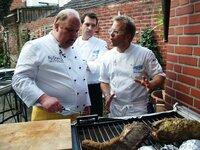 Gepökelter Schweinebraten vom Grill soll die Wende im 'Röttger's Wirtshaus' bringen: (V.l.) Christoph Wilkens mit den 'Küchenchefs' Martin Baudrexel und Mario Kotaska.