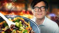 """Die Geheimnisse des leckeren Kochens und Backens - """"Quarks"""" testet und erklärt, was dahinter steckt, und zwar mit Hilfe der Wissenschaft! Wenn man versteht, was in Pfanne, Kochtopf und Backofen passiert, gelingen Gerichte in Zukunft hoffentlich besser. - Ralph Caspers moderiert die Sendung."""