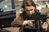 René (Birgit Welink) ist schwer bewaffnet.