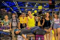 Sind noch begeistert von der Exkursion nach Thailand: (v.l.n.r.) Laura (Lena Klenke), Etienne (Lucas Reiber), Burak (Aram Arami), Danger (Max von der Groeben), Zeynap (Gizem Emre), Chantal (Jella Haase) und Lehrer Zeki (Elyas M'Barek, liegend) ...