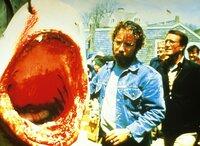 Meereskundler Hooper (Richard Dreyfuss, li.) glaubt nicht, daß es sich bei dem erlegten Hai um den Killer-Hai handelt. Brody (Roy Scheider) versucht den Bürgermeister davon abzuhalten, die Strände wieder zu öffnen...