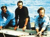 Captain Quint (Robert Shaw, li.), Polizeichef Martin Brody (Roy Scheider, Mi.) und der Meereskundler Hooper (Richard Dreyfuss) haben den Kampf gegen den weißen Hai aufgenommen.