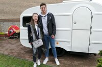 Rabea (l) und Yannik aus Moers vor ihrem Qek Junior Wohnwagen.