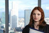 Ariane (Anna Bertheau) wird nach ihrem Verrat gefeuert.